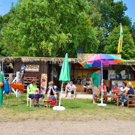 Gemütliches Wassersportzentrum mit Cafe und Bar